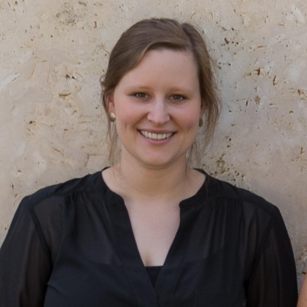 Sprachwissenschaftlerin, Social Media Spezialistin.  Weiterlesen  Friederike Gernreich wurde im August 1987 in Castrop-Rauxel geboren. Im Spagat absolvierte sie ihren Bachelorabschluss in angewandter Sprachwissenschaft sowie Politikwissenschaft und Italienisch an der Technischen Universität Dortmund, der Ruhr-Universität Bochum und der Universität Karlstad/Schweden. Als Volontärin bei Hartmann Nagel Art