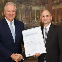 Frankfurts IHK Präsident Ulrich Caspar gratuliert Frank Nagel zum 25-jährigen Firmenjubiläum.  (Foto: Markus Goetzke)